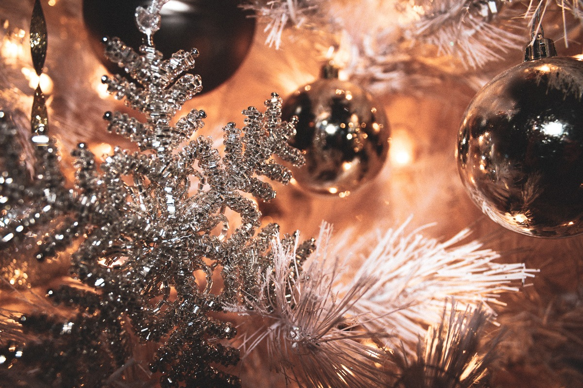 Neutral Christmas decor, by lifestyle blogger What The Fab