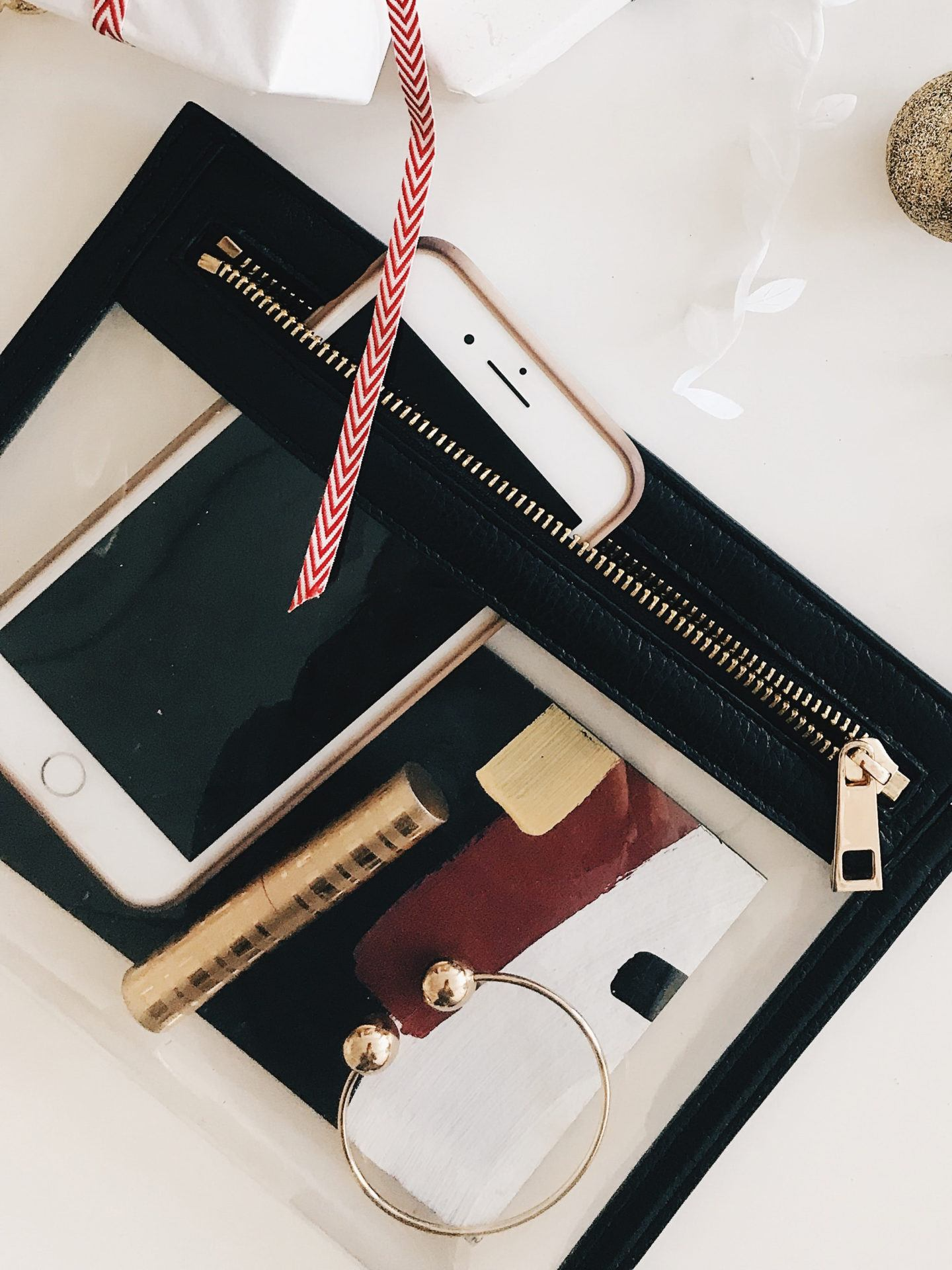 Digital detox challenge to declutter your digital life, by lifestyle blogger What The Fab