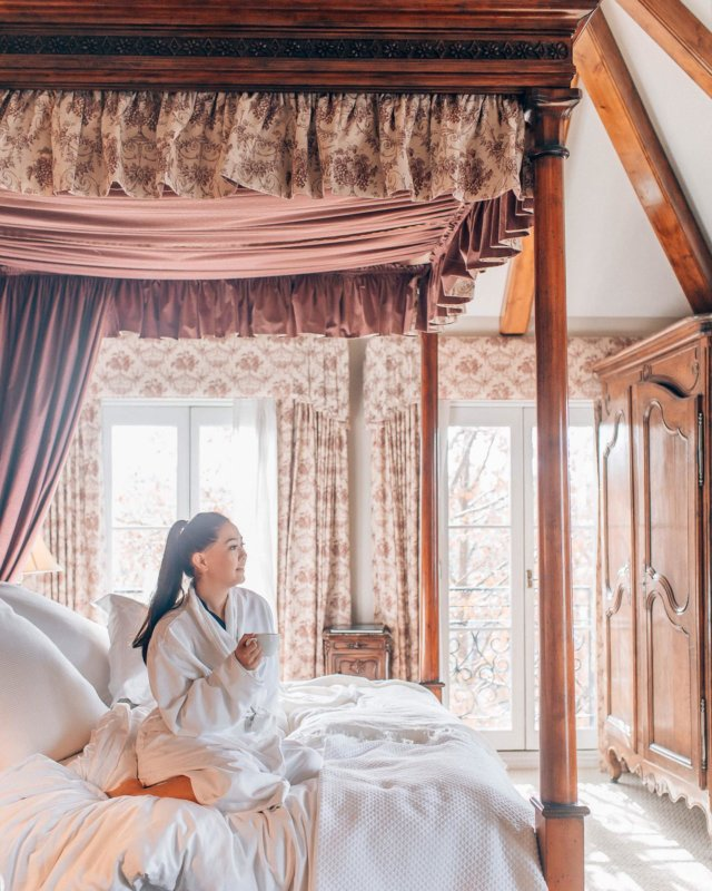 Easy like Sunday morning at @hotellesmarsofficial. ☀️ ⠀⠀ This incredible hotel is located in the heart of downtown Healdsburg and it is just stunning! The high ceilings, canopy bed, fireplace, and marble bathtub are just some of the features that make this a luxurious getaway destination. I can't wait to visit again soon! 🧳 @stayhealdsburg #wtfabtravel #healdsburg